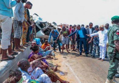 Gboyega Oyetola rescues accident victims along Ibadan-Lagos expressroad